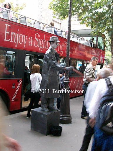 Street Performer, Paris.  Note that I caught him poking someone.  Statue, indeed...